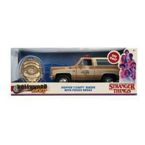 modellino automobile e distintivo Hopper Stranger Things scatola
